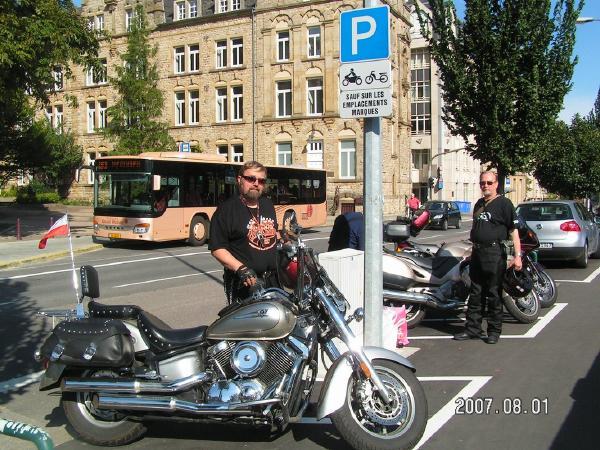 Na parkingu w Luxemburgu. Fot. archiwum prywatne Dariusza Ciarkowskiego
